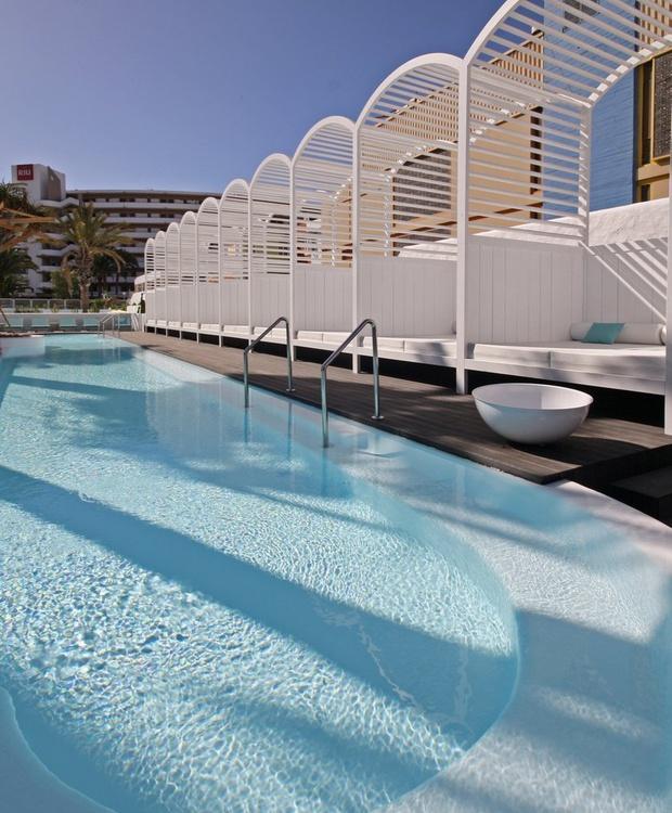 Pool und balinesische Betten Hotel Gold By Marina